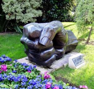 Le poing. César. 1921.1998. Jardin des sculptures à Monaco.